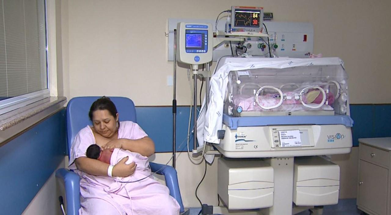 mãe amamentando bebê quarto hospital