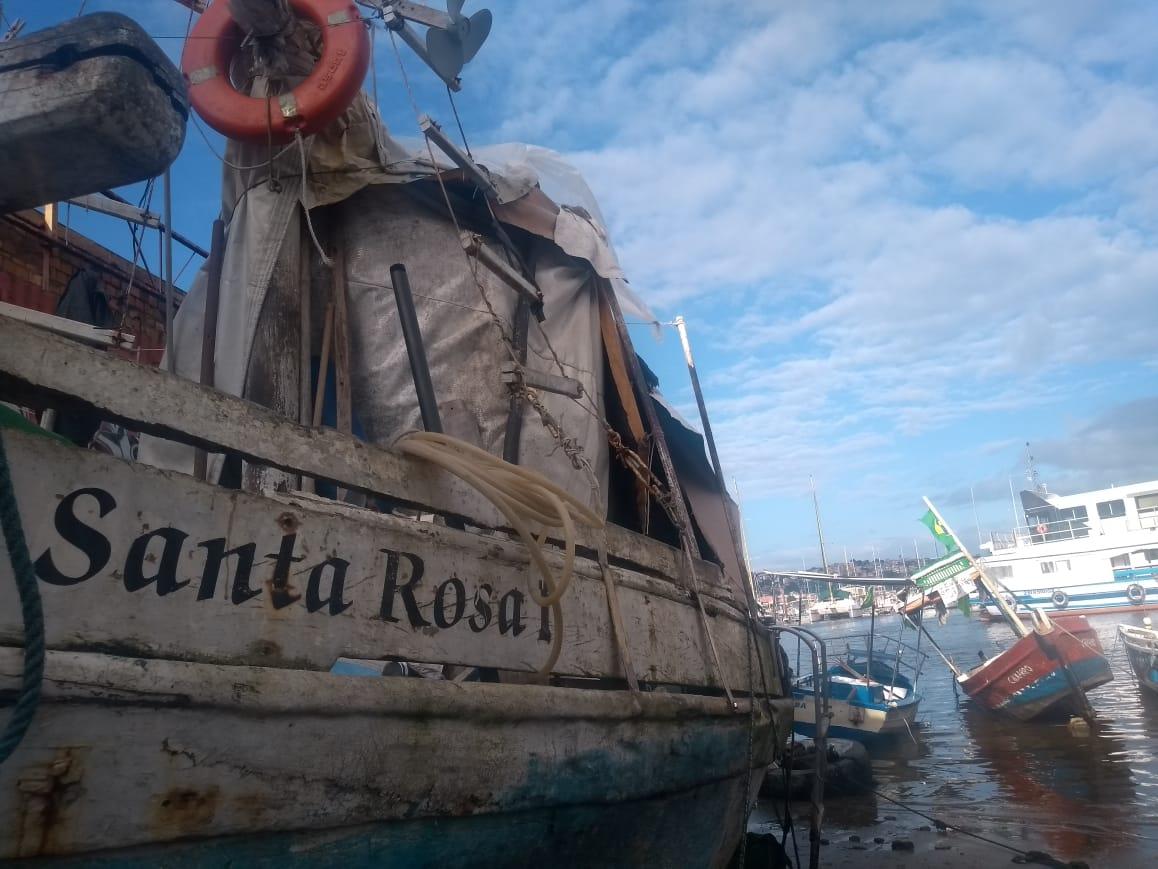 Barco onde a família vive em Salvador, Bahia
