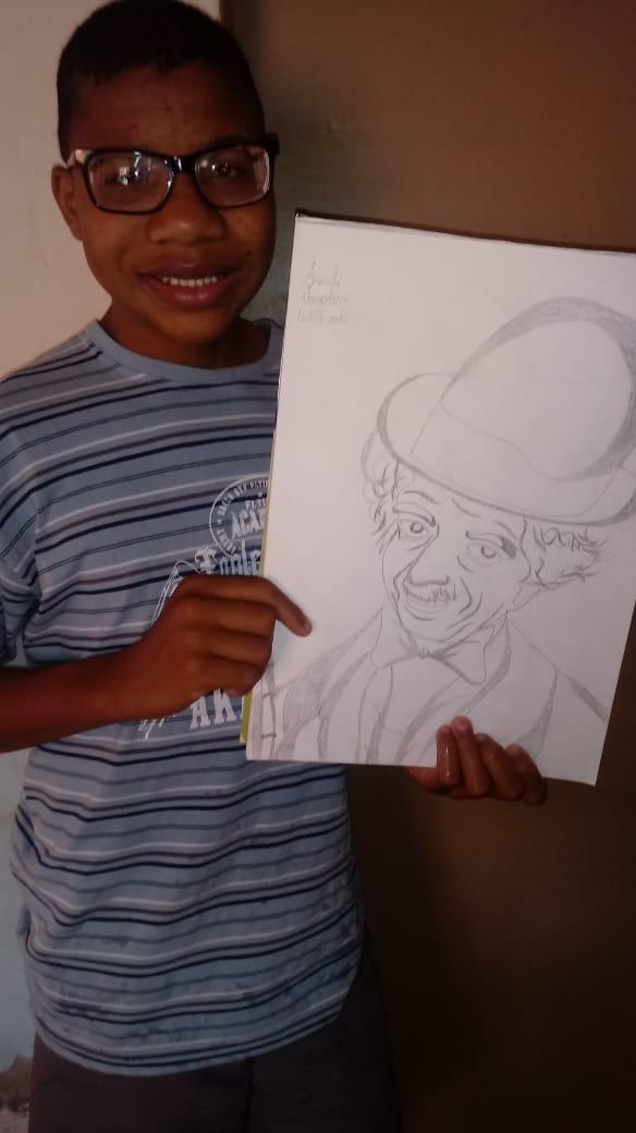 Menino que vende desenhos no portão de casa mostra um de seus desenhos