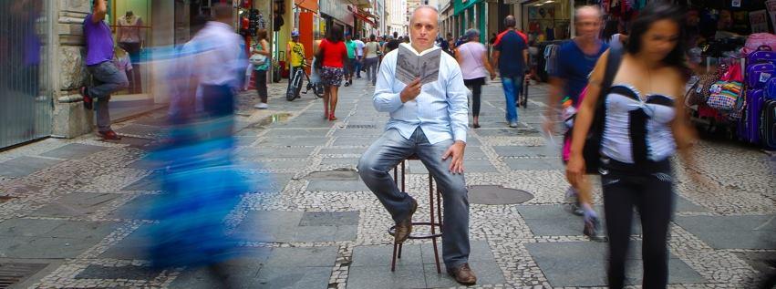 empresário Alex Melo da ONG Meu sonho não tem fim no meio da movimentação da cidade de São Paulo