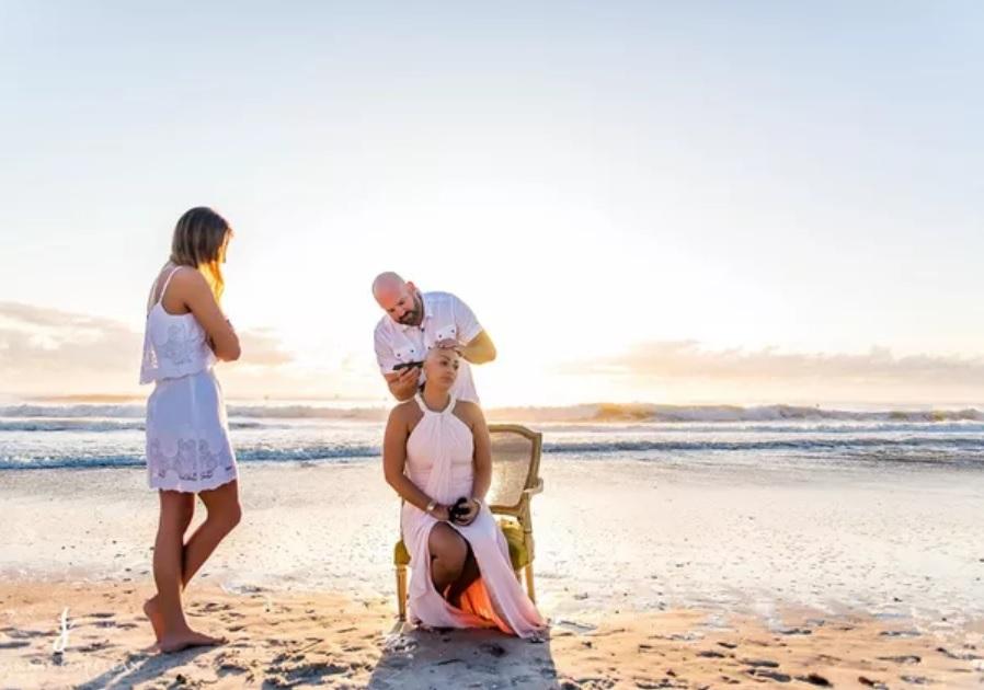 Mulher câncer de mama ritual raspar cabelo