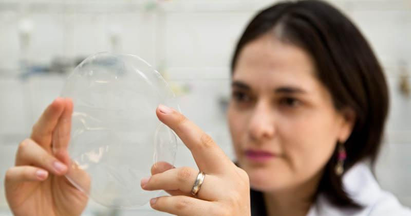 USP cria plástico biodegradável feito de mandioca