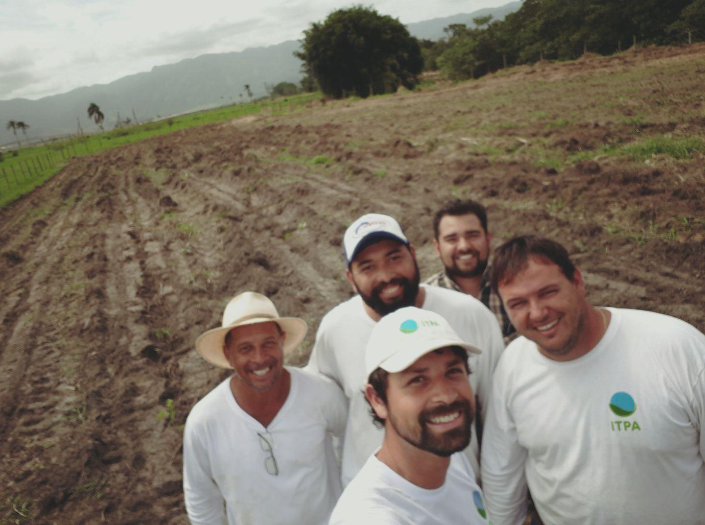 voluntários e colaboradores do ITPA em área de plantio