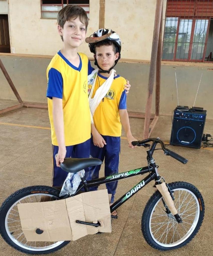 Menino surpreende amigo ao doar bicicleta