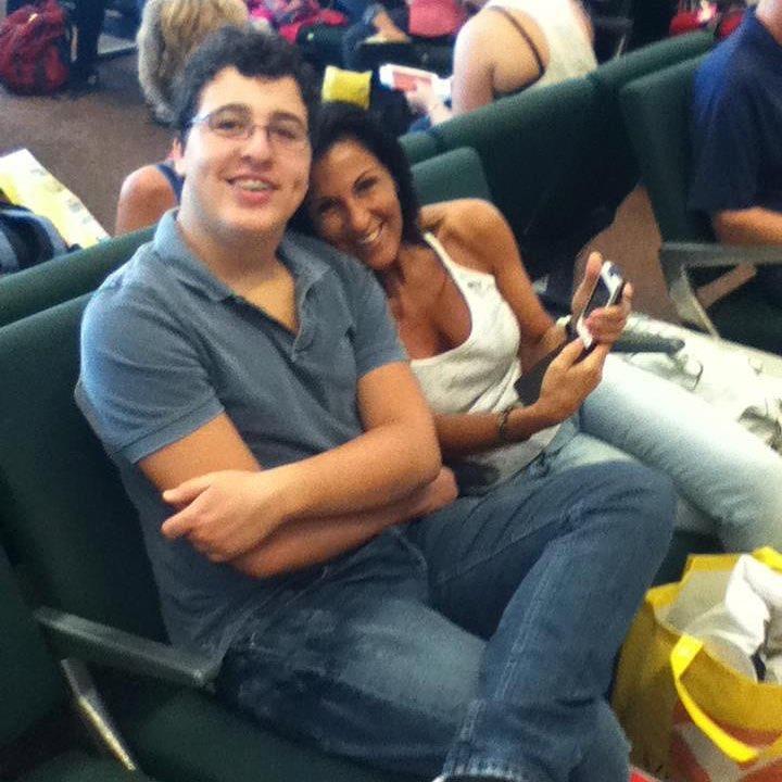 mãe e filho autista em aeroporto