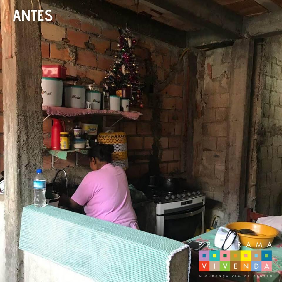 mulher lavando louça cozinha