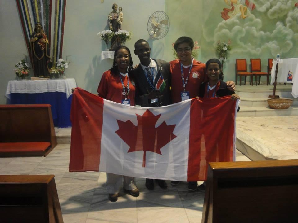 africanos com bandeira do Canadá na Jornada Mundial