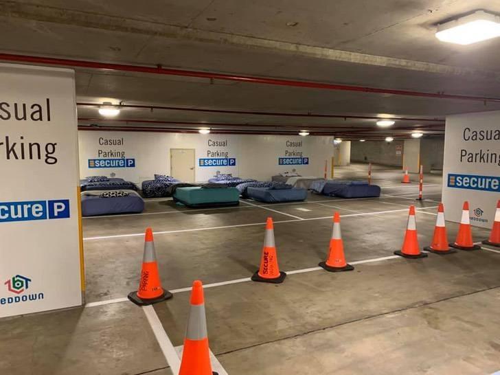 ONG converte estacionamento em quartos para sem-teto