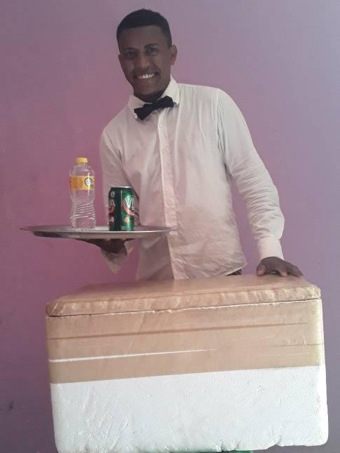 vendedor vestido de garçom segurando bandeja de água