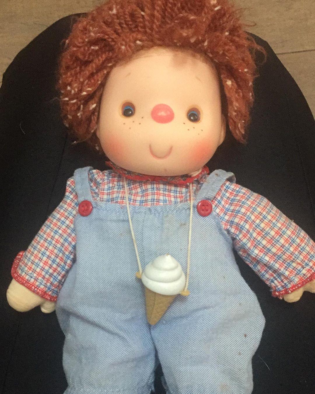 boneco de uma internauta a idosa que comemorou ainversário vestida de princesa