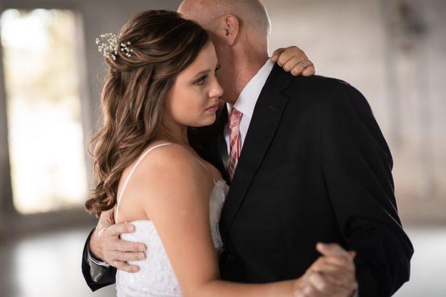 Filhas 'inventam' casamento para dançar valsa com pai com câncer terminal 5