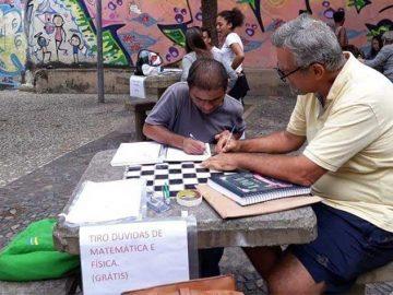 professor dá aulas estudante banco praça rio de janeiro