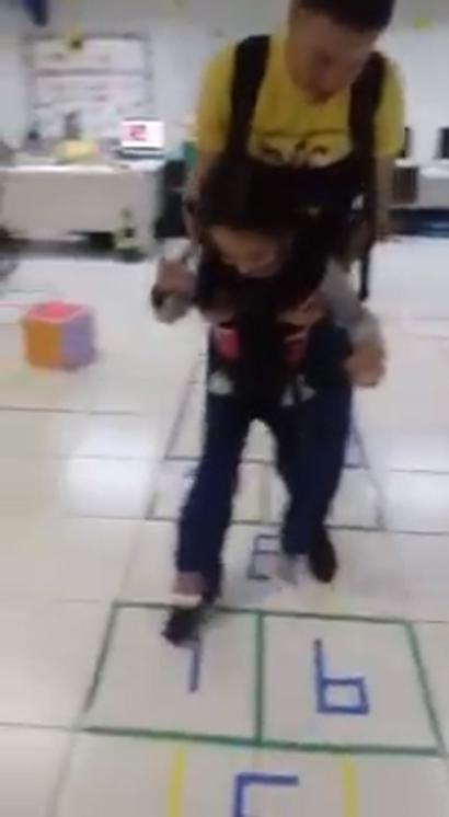 Menina com paralisia cerebral realiza sonho de 'pular amarelinha'; veja vídeo 2