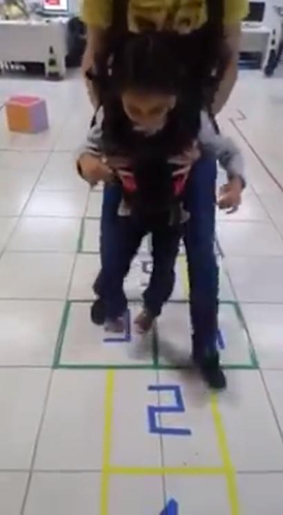 Menina com paralisia cerebral realiza sonho de 'pular amarelinha'; veja vídeo 3