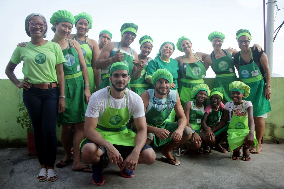 professores e alunos do projeto Favela Orgânica de reaproveitamento dos alimentos