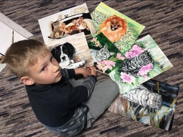 Menino pinta retratos de animais para alimentar cães de abrigo