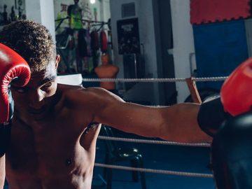 jovem treinando boxe