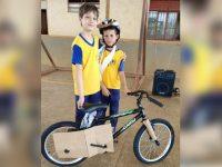 Menino doa bicicleta que ganhou em sorteio para amigo em RO 10