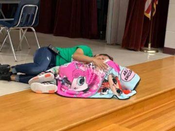 auxiliar de limpeza tranquiliza aluna autista escola