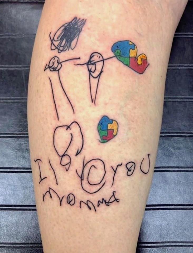 Mãe tatua primeiro desenho do filho autista no braço e simboliza vínculo entre os dois 1