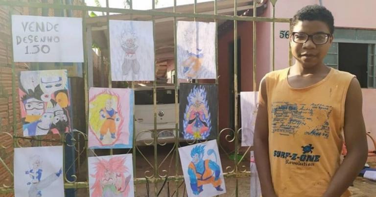 menino que vende desenhos em frente o portão de casa