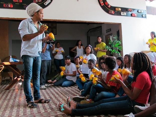 Carlinhos Brown promove inclusão social de crianças e adolescentes de comunidade em Salvador através da arte 2