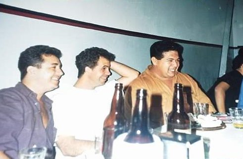 grupo de amigos bebendo cerveja