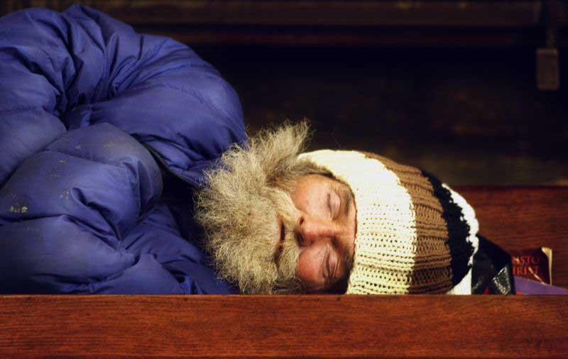 Igreja Califórnia abre portas moradores de rua dormirem