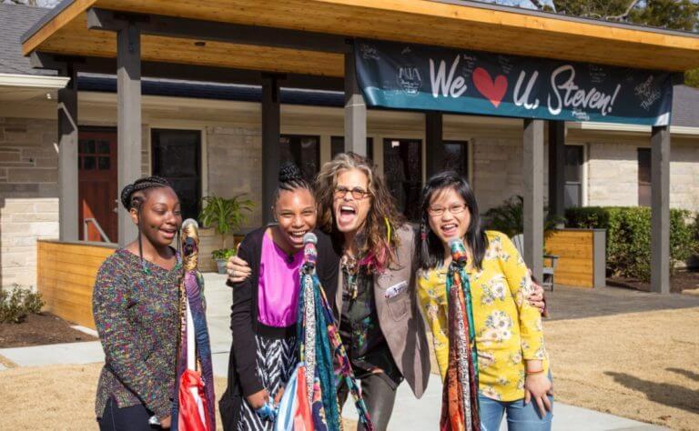Steven Tyler Aerosmith inaugura abrigo meninas vítimas abuso