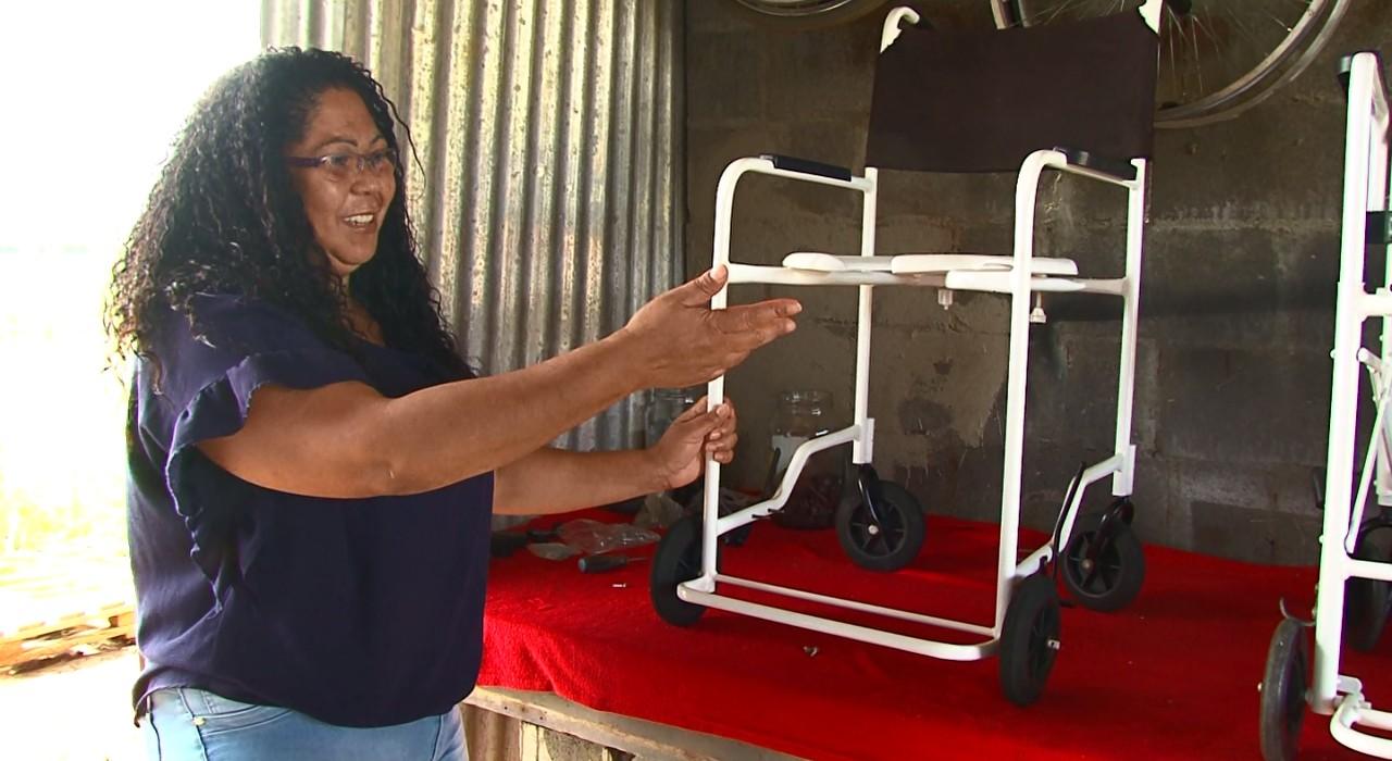 casal abre oficina doa cadeiras de rodas pessoas carentes
