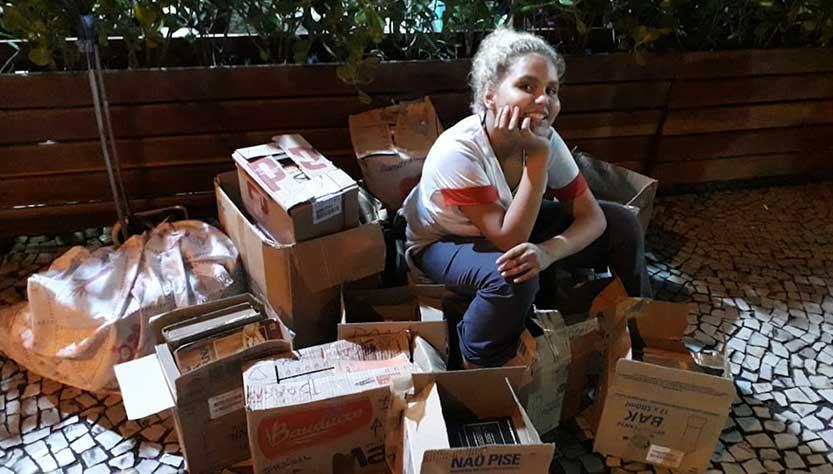 Dia das crianças Lua sentada sobre caixas repletas de livros