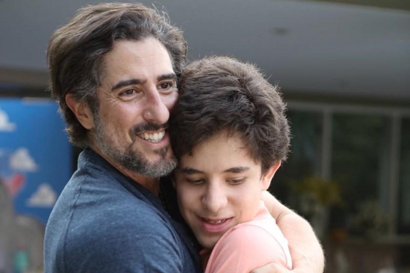 apresentador Marcos Mion com o filho autista Romeo