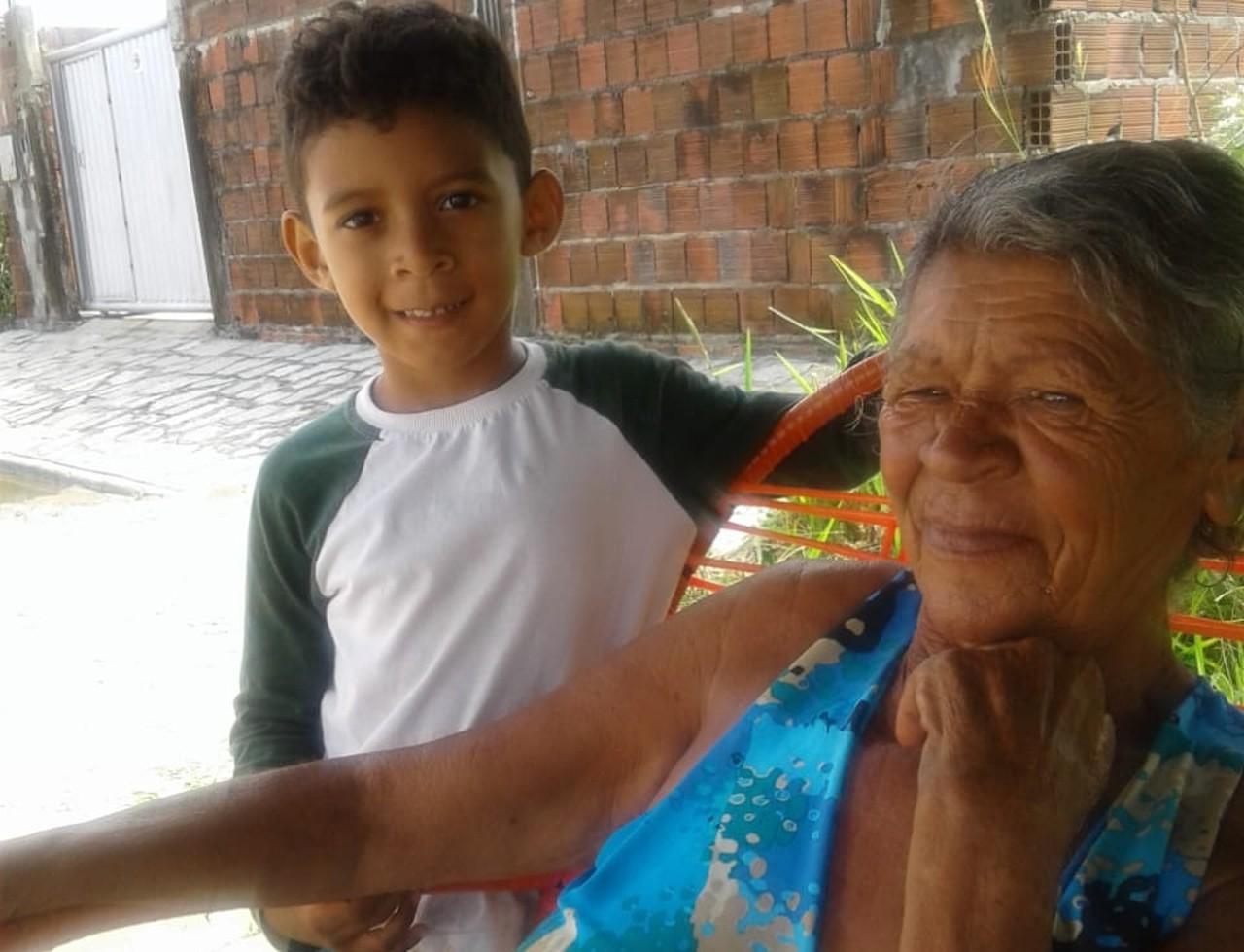 Menino autista doa cofrinho compra cadeiras de rodas avó