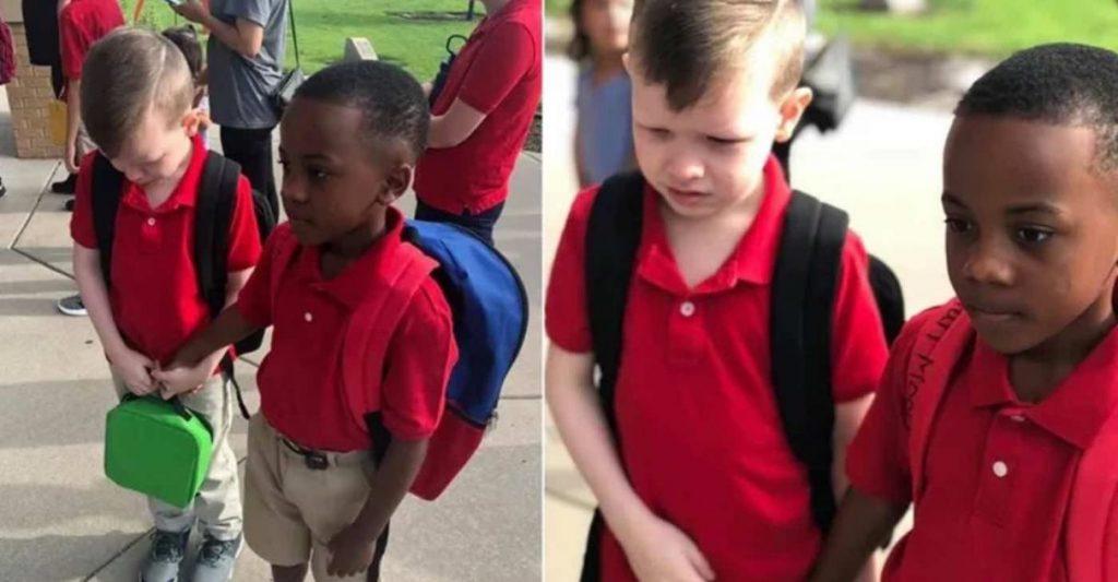 Dia das crianças Menino vê colega autista chorando segura sua mão para acalmá-lo