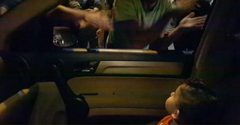 manifestantes cantam baby shark criança líbano