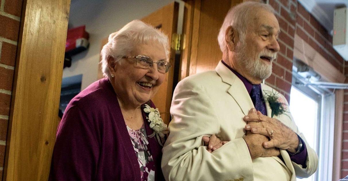Namorados do ensino médio se casam idosos