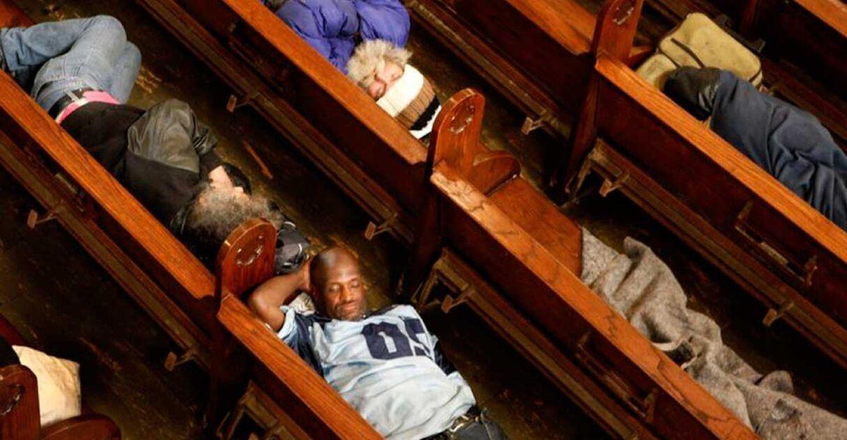 Igreja abre portas todos os dias para moradores de rua dormirem há 15 anos