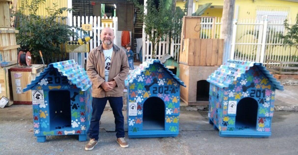 Eletricista gaúcho constrói casinhas cachorros abandonados