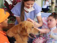 Menina mora em hospital desde nasceu realiza sonho conhecer cachorro