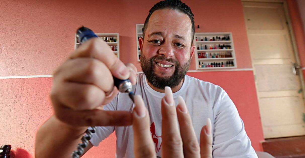 Ex-vigilante vence depressão como manicure e faz sucesso entre as clientes em Curitiba 2