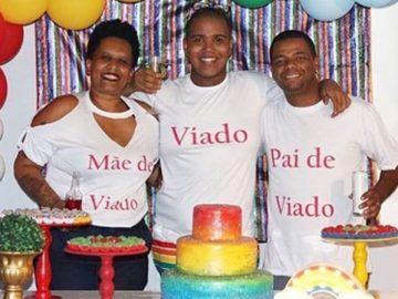 pais fazem festa para filho LGBT