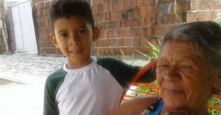 Menino autista doa cofrinho para comprar cadeira de rodas para a avó 1
