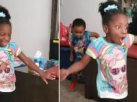menina com paralisia anda pela primeira vez
