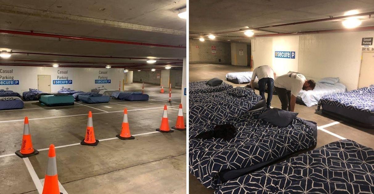 Voluntários convertem estacionamento em espaço para sem-teto dormirem todas as noites 1