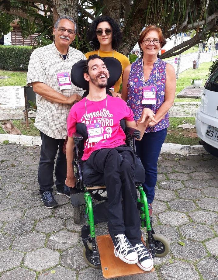 professor Thiago com paralisia cerebral com a família no Sesc Cacupé