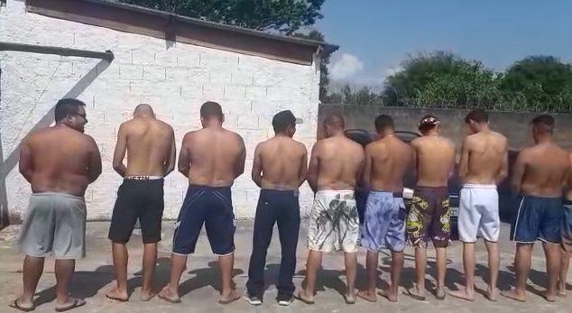 homens de costas para homenagear homem trans após cirurgia de mastectomia