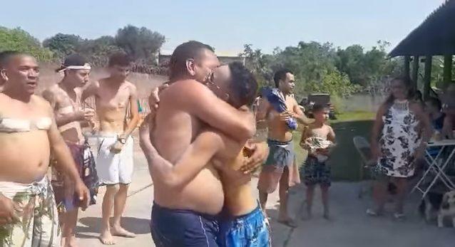 homem trans após cirurgia de mastectomia recebendo abraços de membros da família