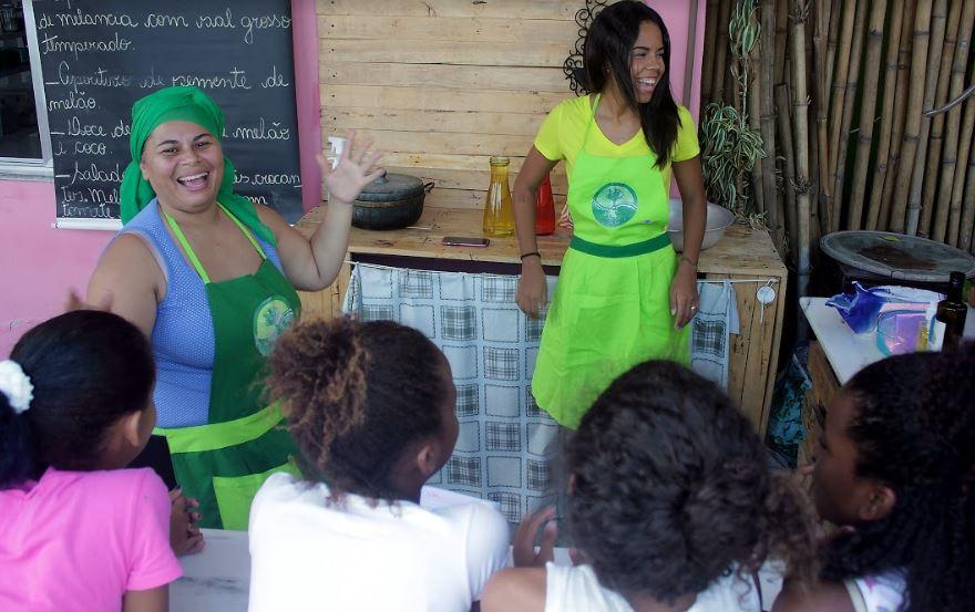 chef Regina com os alunos da aula de reaproveitamento alimentar