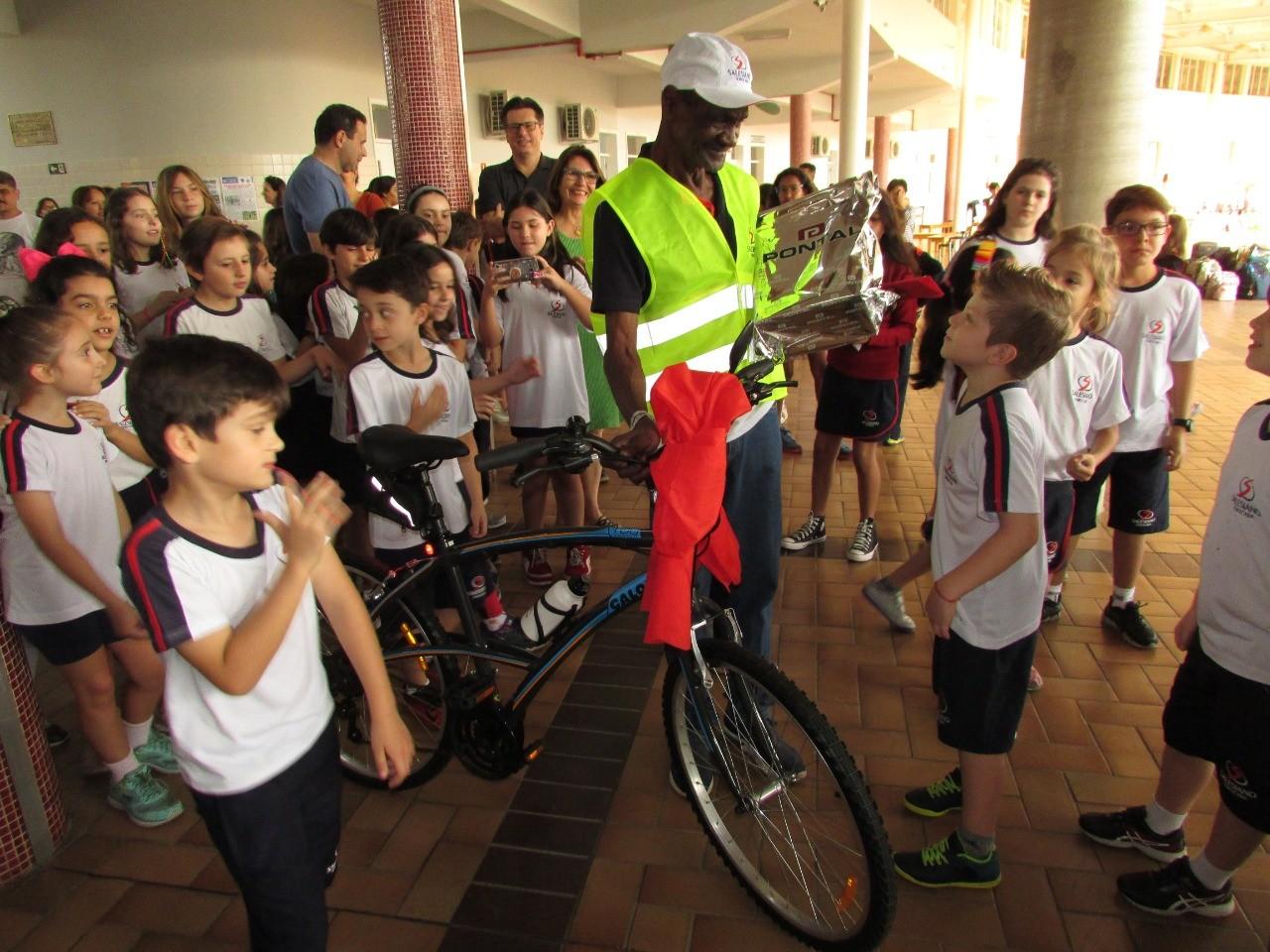 Alunos fazem surpresa bicicleta inspetor 75 anos