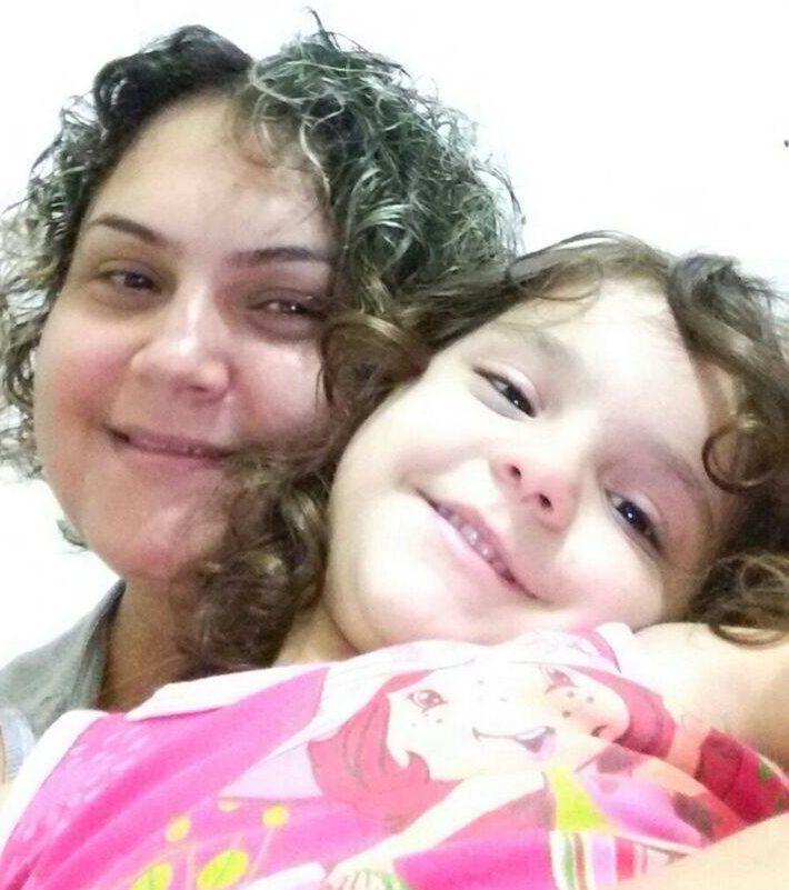 mãe e filha antes de rasparem a cabeça